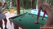 De lingeries, gostosas jogam sinuca na Casa das Brasileirinhas
