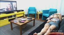 Loira gostosa assiste filme pornô e se masturba de tesão