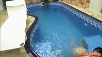 Morena gostosa nadando pelada na piscina