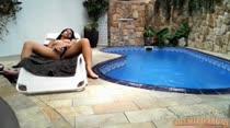 Carol Dias tocando uma siririca na beira da piscina, que delícia