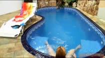 Que beleza de loira pelada à beira da piscina, confira Samirra