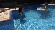 Paola e Alessandra brincaram na piscina da Casa das Brasileirinhas