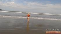 Na praia, Cibelle Mancini se exibe e toma um banho de mar bem gostoso