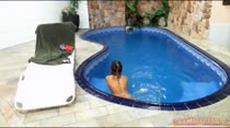 Cappuccini nadando peladinha na piscina da Casa das Brasileirinhas