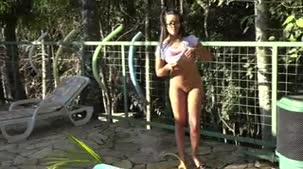 Monique Bastos mostrou os peitos grandes através da camiseta molhada