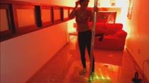 Paola Gurgel rebola peladinha no pole dance das Brasileirinhas