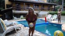 Gostosas rebolam peladinhas na beira da piscina das Brasileirinhas