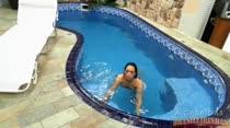 Gostosa Nanda dando uma relaxada na piscina
