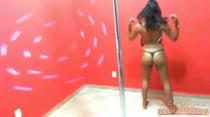 Manuela tira a roupa e rebola no pole dance