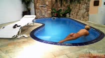 Andressa Meireles nadando peladinha na piscina da Casa das Brasileirinhas