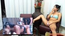 Rebeca Rios batendo siririca enquanto assiste filme pornô! Muito tesão!
