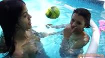 Safadas nadam peladinhas na piscina das Brasileirinhas