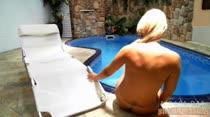 A carioca fica pelada na piscina e provoca os internautas