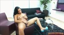 Moreninha Pamela se masturbando em cima da cadeira