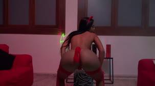 Assista ao show erótico com Pocahontas peladinha