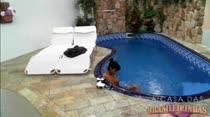 Dentro da piscina, a morena mete o consolo na buceta