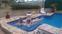 Milena Santos e Paola Dantas peladinhas na piscina das Brasileirinhas