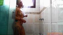 Penélope fica molhadinha no Banho Sensual