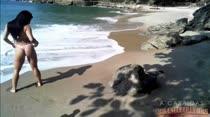 Veja o ensaio de fotos eróticas da morena Yasmin na praia!