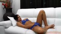 Kamilla está louquinha de tesão e assiste um pornô ao vivo