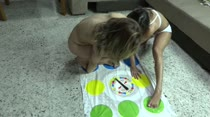 Laisa Zandheire e Safira Prado brincaram de Twister na Casa