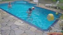Gostosas se divertem na piscina da Casa das Brasileirinhas
