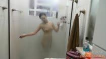 Mulher fica pelada e toma banho ao vivo