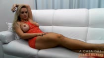 Cinthia Santos assiste um filme porno e se masturba