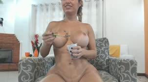 Chat de sexo com a deliciosa Mia Linz lambuzada de chocolate