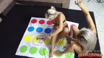 Bruna e Mirella jogando Twister é tesão demais!