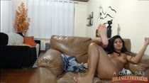 Juju Rangel cavalga no sofá no chat de sexo!