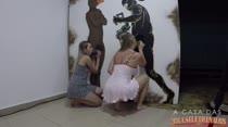 Gostosas chupam consolos no paredão erótico em vídeo pornô