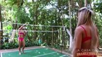 Gostosas jogam peteca peladinhas, na Casa das Brasileirinhas