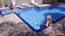 Gostosas curtem a piscina da Casa das Brasileirinhas