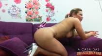 Chat de sexo com a nossa loira tirando a roupa na sala
