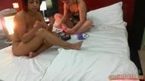 Gatinhas peladas fazendo a unha juntas na cama