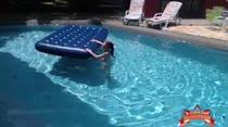 Mila se masturba na piscina da Casa