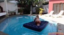 Assista a loira gostosa peladinha na piscina