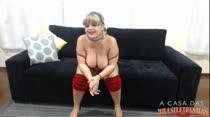 Cibelle lambuza seus peitões no chat de sexo