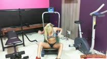 Peitudinha Carol fazendo academia sem roupa