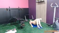 Bia Marques fazendo ginástica peladinha na academia
