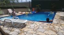 Gostosas peladas se divertem na piscina das Brasileirinhas