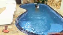 Mila nadando peladinha na piscina da Casa das Brasileirinhas
