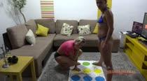Hora de brincar no Twister da Casa das Brasileirinhas