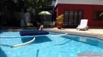 Gostosa fica peladinha enquanto toma um banho de piscina