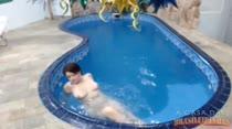 Hora de relaxar com a gata! Any peladinha na piscina