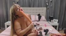 Cibelle se diverte com vários consolos na hora de se masturbar!