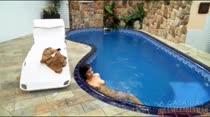 Peladinha, Michelle abre as pernas dentro da piscina, que beleza