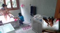 Morenas brincam de pega sabonete na banheira da Casa das Brasileirinhas