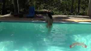 Pelada na piscina Barbara Inked sensualiza gostosinho na água
